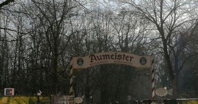 Der Eingang vom Biergarten Aumeister im Englischen Garten