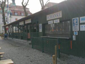 Der Bereich für den Ausschank im Biergarten Schützengarten