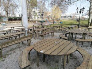 Schöne alte und rustikale Tische im Biergarten Schützengarten