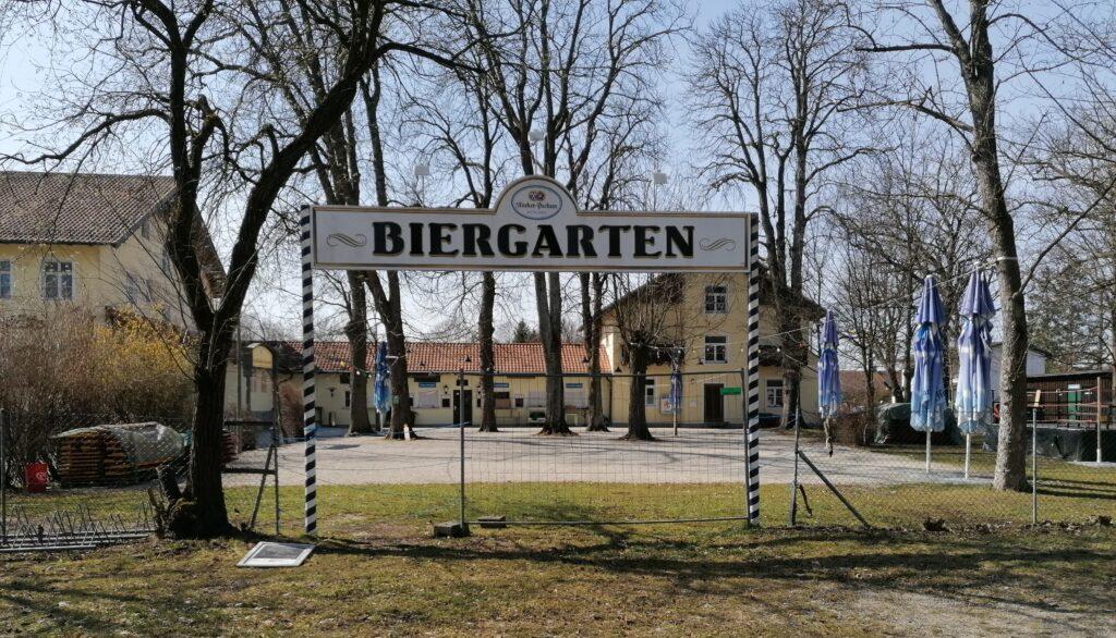 Der Eingangsbereich vom Biergarten zur Schießstätte