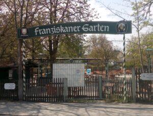 Einer von 3 Eingängen zum Biergarten Franziskanergarten.
