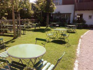 Tische mit Stühlen direkt am Eingang