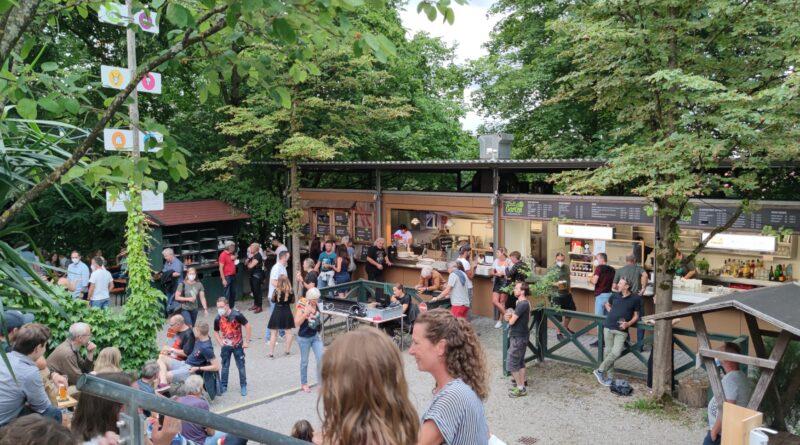 Blick auf dem Bereich Ausschank im Biergarten Stadtgarten Freising